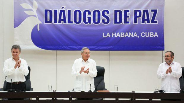 Juan Manuel Santos, Raúl Castro y 'Timochenko' sellan el definitivo acuerdo de paz (Foto: Reuters)