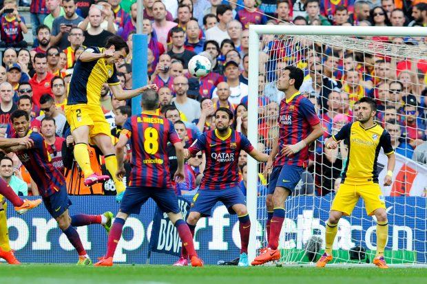 Diego Godín dio una Liga al Atlético con este remate en el Camp Nou. (Getty)