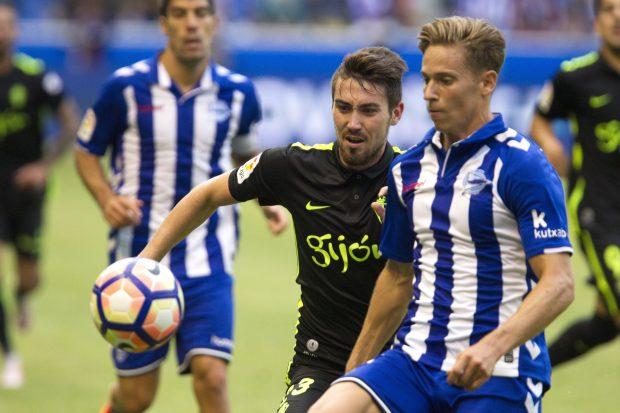 Marcos Llorente pugna un balón ante un jugador del Sporting. (EFE)