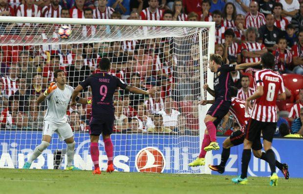 Ivan Rakitic remata a gol el centro de Arda Turan. (EFE)