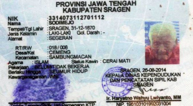 Carnet de identidad del indonesio que asegura tener 145 años.