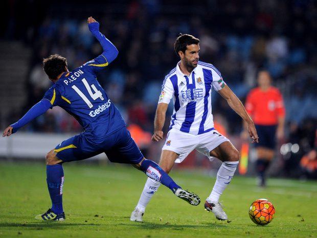 Xabi Prieto intenta superar a Pedro León. (Getty)