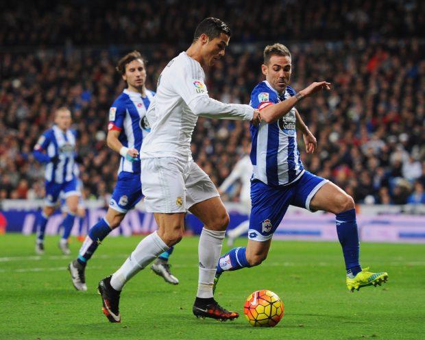 Fernando Navarro pelea un balón con Cristiano Ronaldo. (Getty)