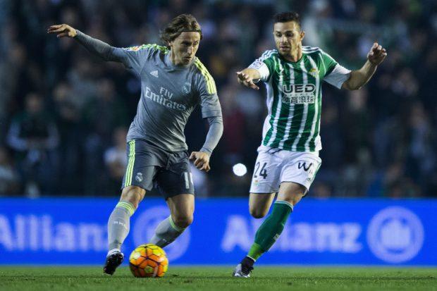 Rubén Castro, en una jugada con Luka Modric. (Getty)