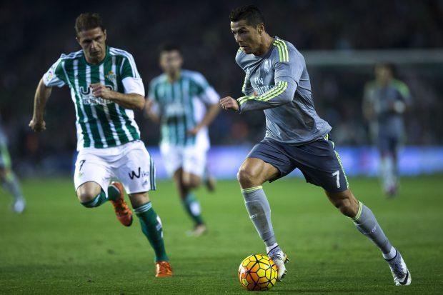Joaquín intenta arrebatarle el balón a Cristiano Ronaldo. (Getty)