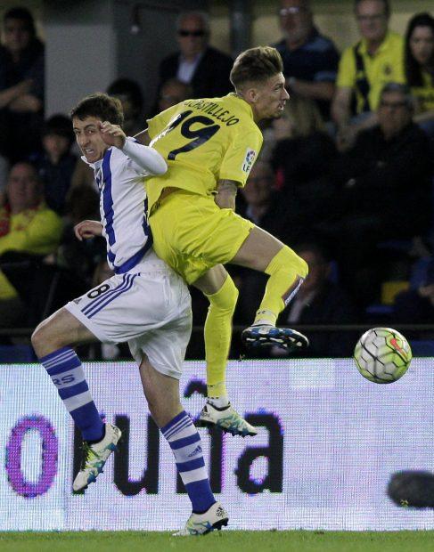 Mikel Oyarzabal pelea un balón con Samu Castillejo.(AFP)