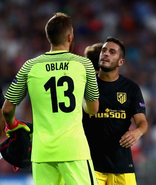 Koke felicita a Oblak por detener el penalti a Guardado. (Getty)