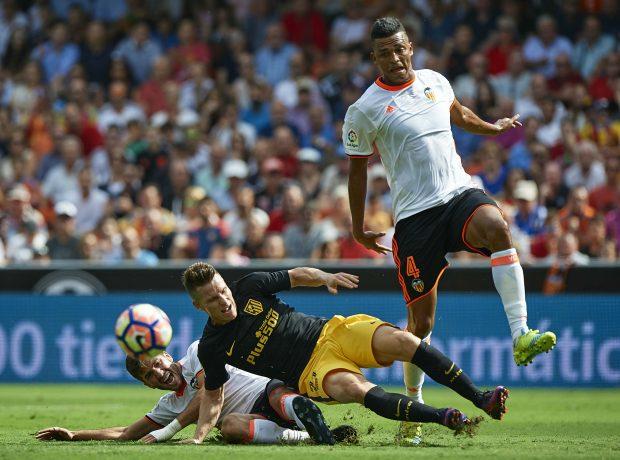 Gayá y Santos intentan robarle el balón a Kevin Gameiro. (Getty)