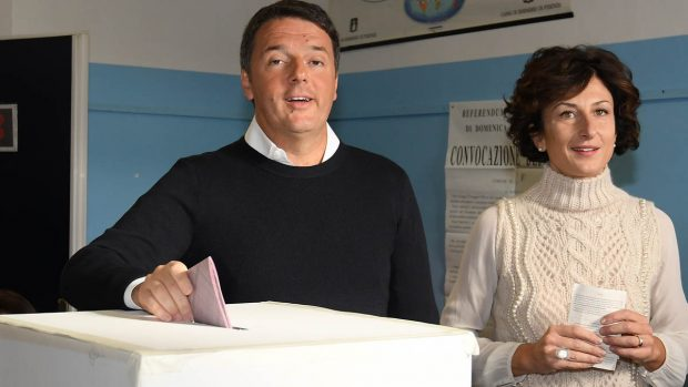 Matteo Renzi votando en el referéndum (Foto: AFP)